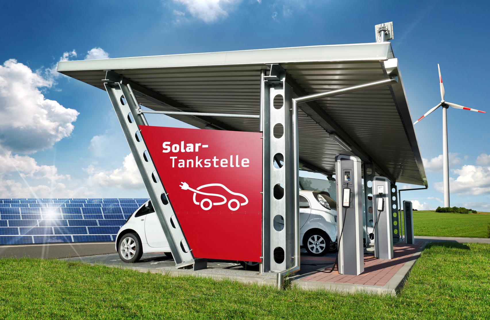 Moderne Solartankstelle Carport mit Solarenergie in Natur